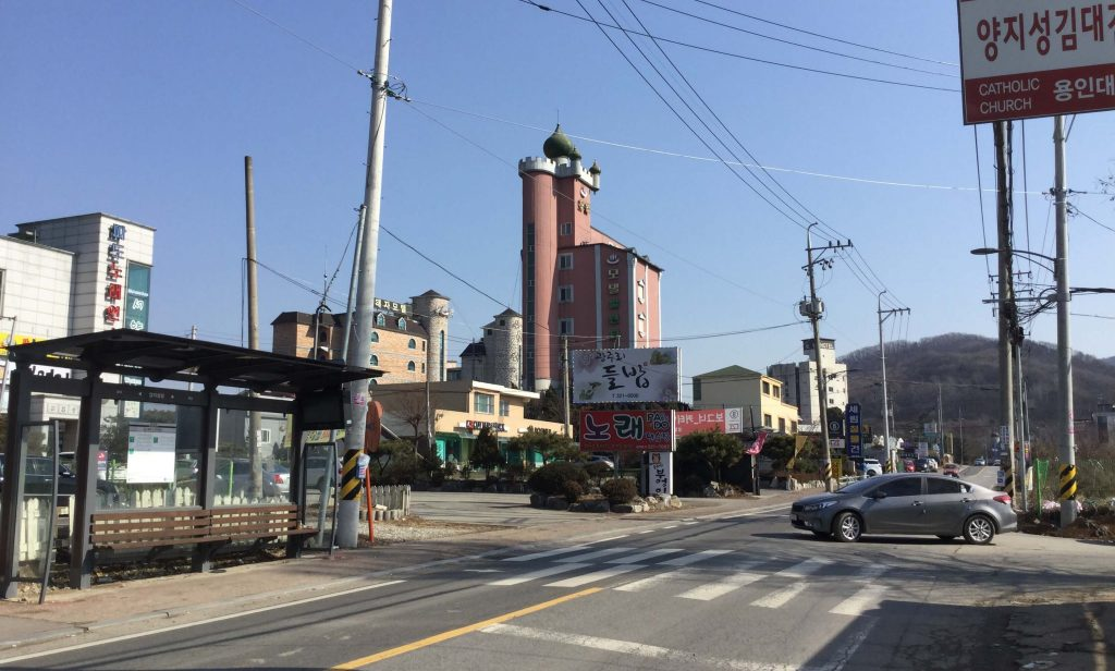 Walking from the bus stop to Yangji Pine Resort